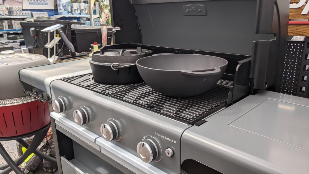 litinový hrnec a wok pánev v grilu campingaz
