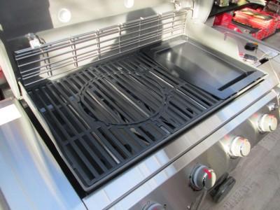 Může se litinový tál pro grily Genesis čistit v myčce na nádobí?