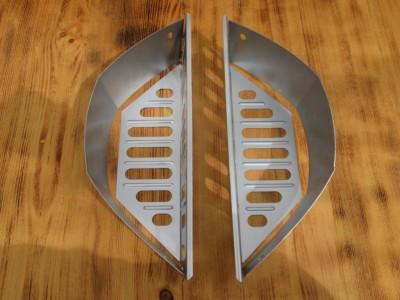Patří do základní výbavy grilu Master-Touch Warm Grey taky palivové nádoby?