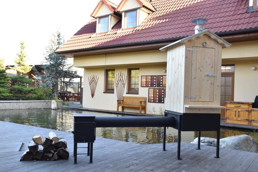 Domácí dřevěná udírna