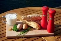 Na nádivku si připravíme starší rohlíky z předešlého dne, vejce, mléko, sekanou zelenou petrželku,  muškátový květ, sůl a pepř.