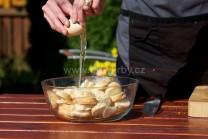 K připraveným nakrájeným rohlíkům přidáme postupně vejce a další suroviny.