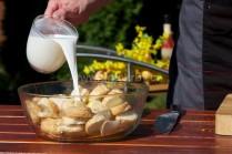 Mléko přidáváme do doby než jsou všechny rohlíky zcela nasáklé. Pokud se nám podaří nalít mléka více, přebytečné slijeme.