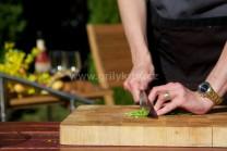 Do nádivky nasekáme zelenou pažitku, při přípravě nádivky najaře, můžeme přidat mladé lístky kopřiv, se kterými má nádivka výtečnou chuť.