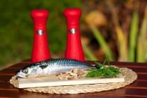 Připravíme si čerstvou makrelu, sůl, pepř, bylinky a oblíbené udící lupínky.