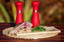Připravíme si naporcovaného kapra, sůl a pepř, čerstvé bylinky a udící lupínky oblíbené příchuti.