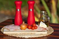 Připravíme si filety z pangasiuse, cibuli, cherry rajčátka, slaninu, sýr, sůl a pepř.