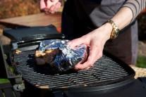 Pangase v alobalu dáme na rozpálený grilovací rošt.