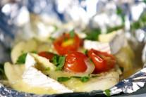 Po sundání z grilu alobal rozbalíme a pangase posypeme nastrouhaným sýrem.
