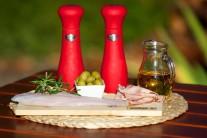 Připravíme se filety z pangasiusse, olivy, šunku, olivový olej, sůl a pepř.
