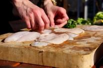 Na rybí filety pokládáme plátky šunky.