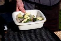 Zapékací misku se závitky z pangasiuse položíme na rozpálený rošt.