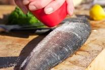 Mořského vlka vykucháme, omyjeme a osušíme. Jakmile to máme hotové, rybu pořádně osolíme a opepříme.