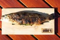 Hotovou rybu podáváme ideálně na prkénku.