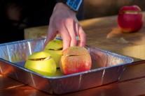 Připravená naplněná jablka vložíme do alobalové misky, podlijeme hnrnkem vody a vložíme do grilu.