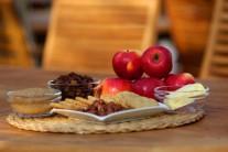 Na pečená jablka si připravíme sladká jablka, máslo, tmavý cukr, rozinky, drcené celozrnné sušenky, sekané ořechy nebo mandle.