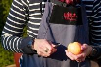U jablek opatrně skrojíme vršek, uvnitř vydlabeme otvor, který budeme plnit. Dáváme pozor, abychom jablko zespodu neporušili.