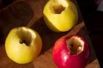Pohled na vydlabaná jablka před plněním.
