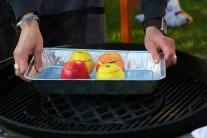 My jsme pečená jablka připravovali na kotlovém grilu na dřevěné uhlí Weber One-Touch 57 se středovou mřížkou Sear Grate.