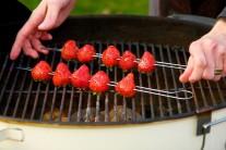 Jahody napícháme na špízy, potřeme medem smíchaným s citronem a dáme na rozpálený grilovací rošt.