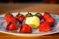 Hotové jahody podáváme ideálně se zrmzlinou, ale můžou se jíst i jen tak samotné.