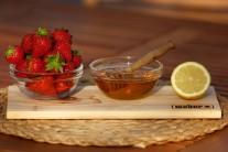 Připravíme si čerstvé jahody, med a citron.
