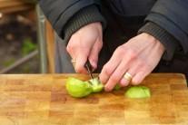 Oloupané kiwi nakrájíme na malé kousky.