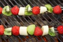 Ovocné špízy položíme na rozpálený rošt a grilujeme je 2 minuty z každé strany.