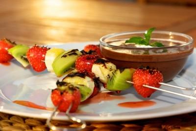 Ovocný špíz s čokoládovou omáčkou