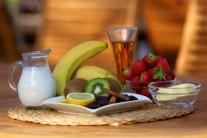 Na ovocný špíz budeme potřebovat čerstvé jahody, kiwi, banán, čokoládu, smetanu, rum a mletou skořici.