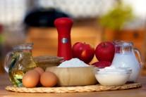 Na lívance budeme potřebovat vejce, mouku, jablka, cukr, kypřící prášek, mléko, sůl, smetanu, skořicový cukr a olej na smažení.