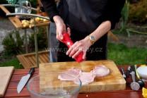 Pěkné plátky masa ze stran nařízneme třemi krátkými řezy, aby se nám maso na grilu nezkroutilo, ale zůstalo pěkně rovné. V této chvíli maso pouze osolíme a opepříme.