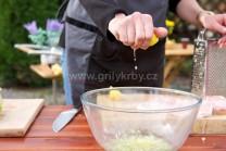 Do marinády můžeme přikápnout i pár kapek citrónové šťávy. Maso marinujeme po dobu 2 hodin. Maso v marinádě přibližně dvakrát otočíme, aby byly plátky celé pokryté marinádou.