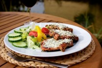 Vepřové steaky servírujeme s bohatou zeleninovou oblohou, čerstvým pečivem či bramborovými hranolky.