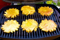 Kolečka ananasu grilujeme 4-6 minut z každé strany.