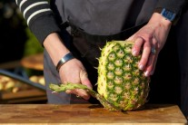Nejdříve pomocí ostrého nože zbavíme ananas slupky a vyřízneme tvrdý střed..