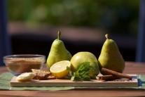 Připravíme si hrušky, citron, máslo, cukr, oříškové sušenky, citronovou kůru a vanilkový cukr.