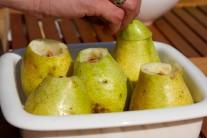 Hrušky dáme do zapékací misky a do jejich vnitřků přisypeme cukr smíchaný s kořením.