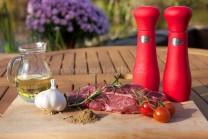 Na hovězí steak s kmínem a rozmarýnem si připravíme čerstvé kvalitní maso z mladého býka, česnek, mletý kmín, rozmarýn, kvalitní rostlinný olej, sůl a pepř.