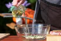 Odměřené množství oleje přilijeme k česneku a sekaným lístkům rozmarýnu. Opatrně přidáme dvě špetky mletého kmínu.