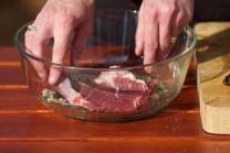 Do vzniklé marinády vložíme nasolené maso. Necháme marinovat cca 1 hodinu.