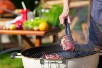 Naložené maso vkládáme pomocí grilovacího náčiní na střed grilu. My jsme měli k dispozici gril Weber One-Touch Premium 57 s děleným roštem, kde lze měnit střed. Můžeme použít pánev, wok pánev,  steakovou mřížku a další.