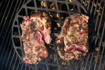 Hotové maso odložíme do tepla odpočínout 5-8 minut.