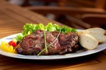 Servírujeme teplé na nahřátých talířích, jako přílohu podáváme čerstvou zeleninu a čerstvé pečivo. Hostům můžeme nabídnout též omáčku ke grilovanému masu Weber.