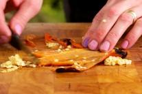 Na rozpáleném roštu si ugrilujeme červené papriky.
