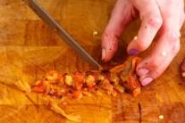 Necháme papriky vychladnout, oloupeme je a zbavíme semínek.