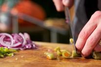 Do pálivé omáčky patří také olivy, které si nakrájíme na půlky.