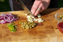 A samozřejmě dojde i na česnek. Ten nakrájíme na malé kousky.