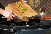 K cibuli a česneku přidáme také chili papričky...