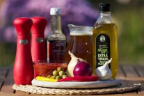 Na přípravu červené omáčky pro plechové huby budeme potřebovat: olej, cibuli, česnek, chili papričky, vývar a worčestrovou omáčku.